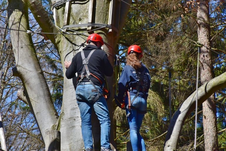 Klettern mit Bandschlinge an Baum