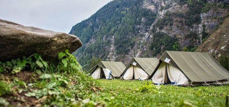 Große Zelte auf der Wiese