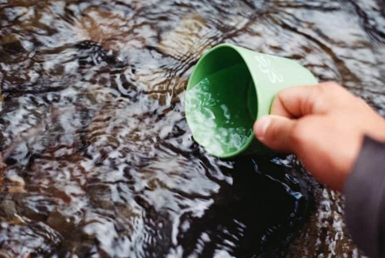 Tasse in Wasser getaucht