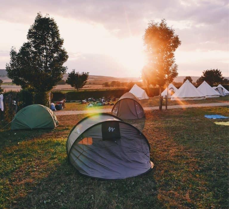 Verschiedene Zelte auf Campingplatz