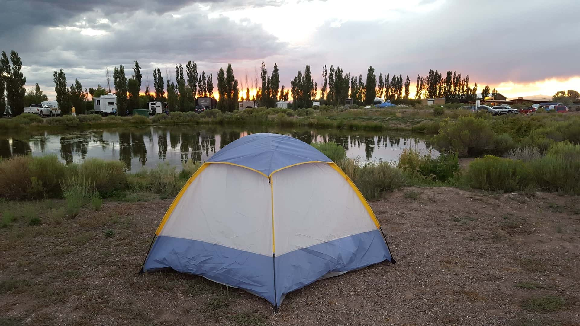 Zelt an einem kleinen See