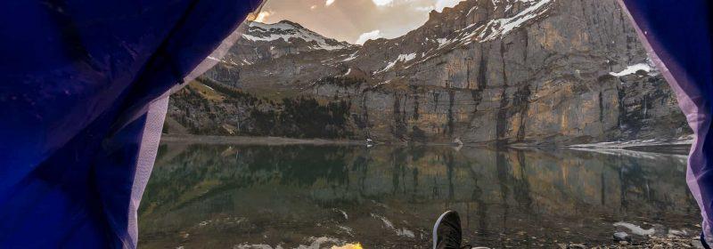 Ausblick aus Zelt neben Bergsee