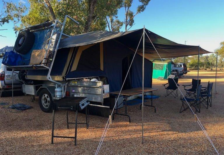 Wohnwagen mit Zeltplane