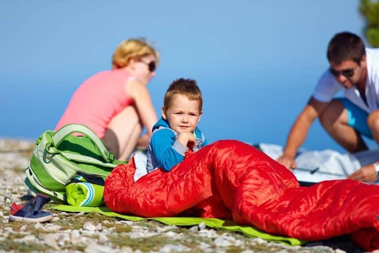 Kind im Freien mit Schlafsack