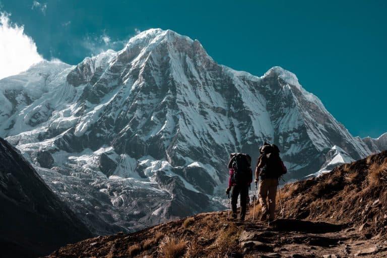 Zwei Wanderer vor hohem Berg
