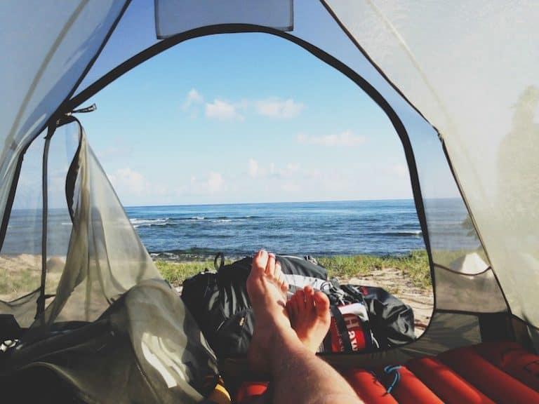 Camper liegt im Zelt