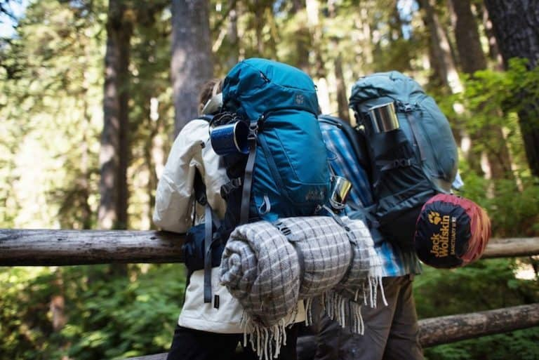 Zwei Camper mit Rucksäcken