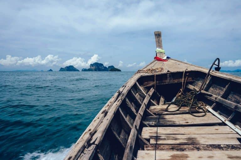Holzboot auf dem Meer