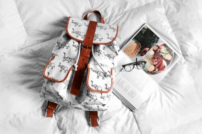 Rucksack auf dem Bett