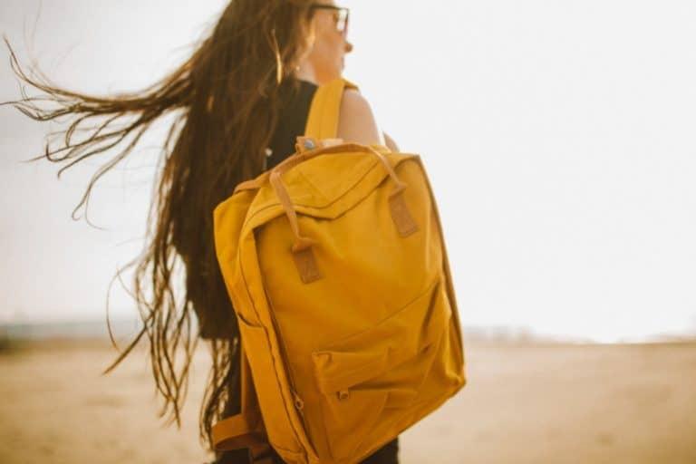 Frau mit gelbem Rucksack