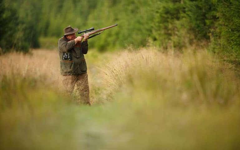 Tarnanzug und Jäger