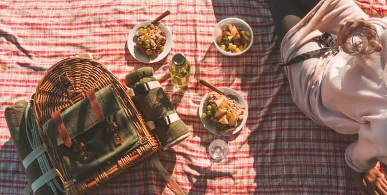 Picknickdecke mit Korb