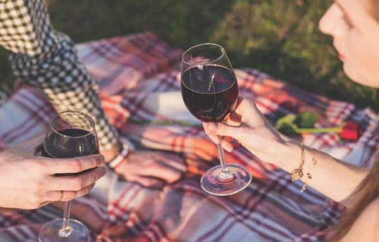 Picknickdecke mit Wein