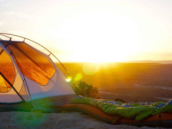 Schlafsack vor Zelt